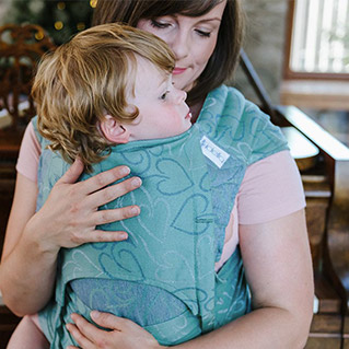 Example of fanned out shoulder straps of the Fidella Fly Tai baby carrier. Design: Amors Love Arrows -sparkling green-